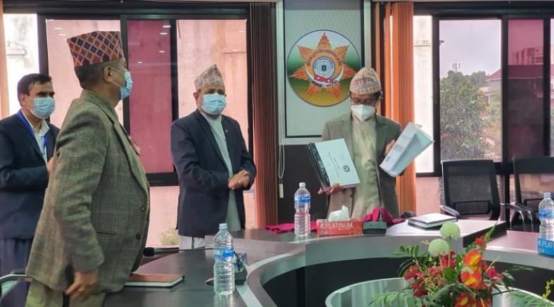 राष्ट्रिय सतर्कता केन्द्रका श्रीमान सचिवज्यू दिनेशकुमार घिमिरे वाट राष्ट्रसेवकहरुको आ.व. २०७७/७८ को सम्पत्ती विवरण अ.दु.अ.आ.का माननिय प्रमुखआयुक्त ज्यू समक्ष पेश गर्दै